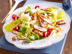 Chicken Caesar Salat mit Pasta Rezept