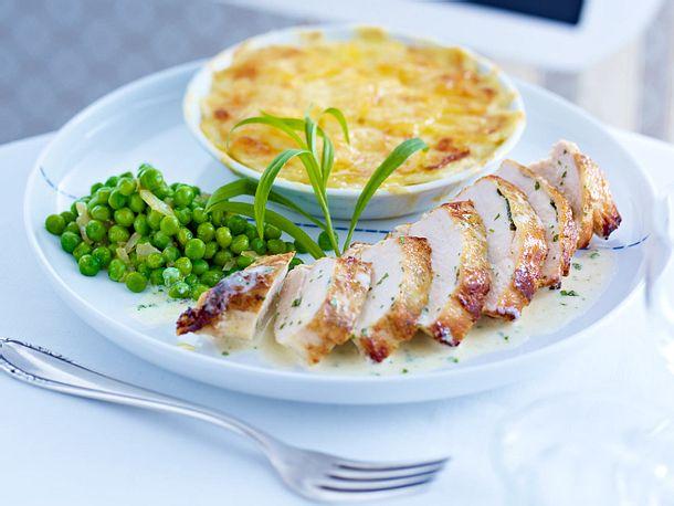 Hähnchenbrust in Estragon-Sahnesoße zu Kartoffelgratin mit Erbsen