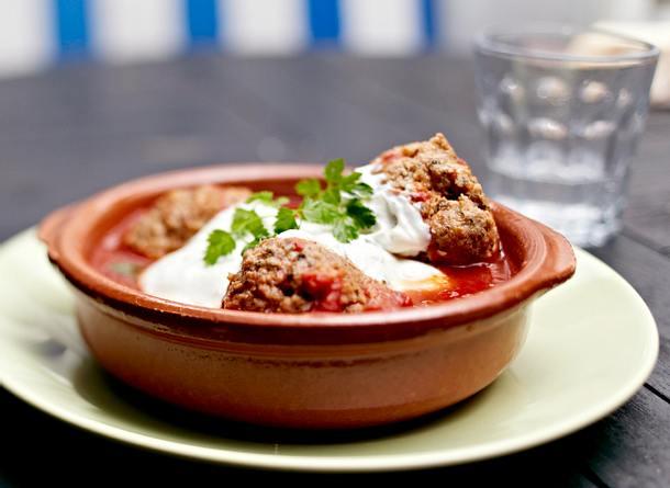 Albóndigas en salsa de tomate Rezept