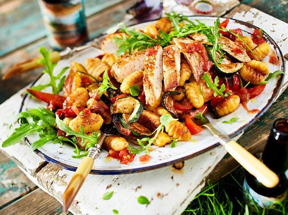 Antipasti-Gnocchi-Salat mit Putenschnitzel Rezept