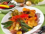 Antipasti-Platte mit Paprika, Möhren, Zucchini und Schalotten Rezept