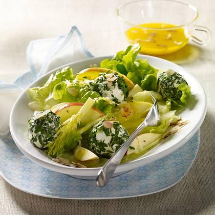 Apfel-Sellerie-Salat mit Kräuter-Frischkäsebällchen und Haselnuss-Vinaigrette Rezept