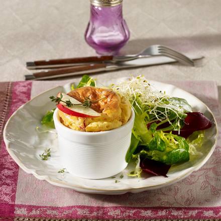 Apfel-Ziegenkäse-Soufflé auf Salatbett Rezept