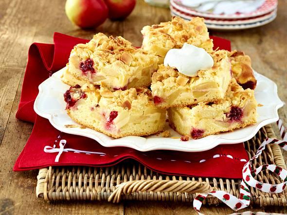 Apfelkuchen vom Blech mit Marzipanguss und Streuseln Rezept