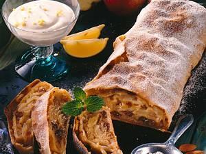 Apfelstrudel mit Mandeln und Rosinen Rezept