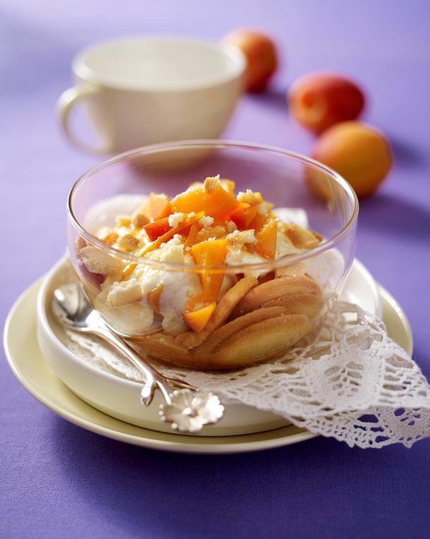 Aprikosen-Trifle mit Quark-Joghurtcreme und Biskuitplätzchen Rezept