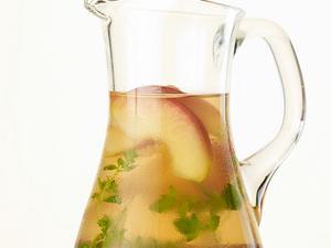 Aromatisiertes Wasser mit Apfel, Zimt und Majoran Rezept