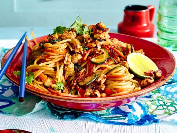 Asiaspaghetti mit Rührei und karamellisierten Erdnüssen Rezept