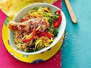 Asiatische Drumsticks auf Bratnudeln mit Gemüse Rezept