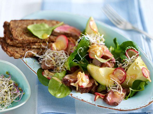 Avocado-Steak-Salat mit Radieschen-Ingwer-Vinaigrette Rezept