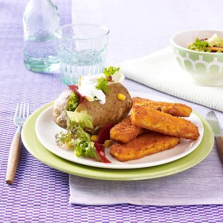Backkartoffel mit Fischstäbchen und Rote Bete Salat Rezept