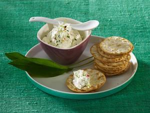 Bärlauch-Frischkäsedip mit Lauchzwiebeln und Radieschen zu Cräcker Rezept