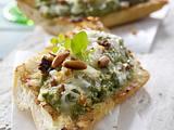 Baguette vom Grill mit Pilzpesto und Käse Rezept