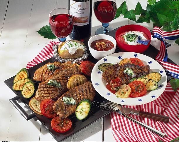 Baked Potatoes, Grillsteaks und Gemüse Rezept
