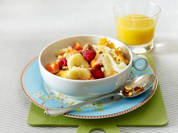 Bananen-Papaya-Müsli mit Himbeeren, Joghurt und Haselnüssen Rezept