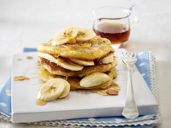 Bananenpfannkuchen mit Ahornsirup und Mandeln Rezept