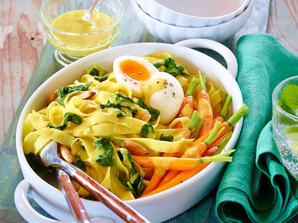 Bandnudeln mit glasierten Möhren, Spinat, wachsweichen Eiern in Currysoße Rezept