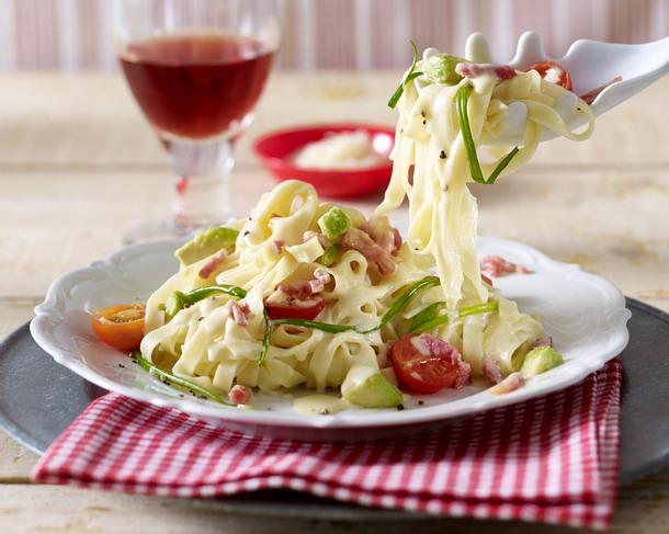 Bandnudeln mit Lauchzwiebeln, Avocado und Tomaten in Specksoße Rezept