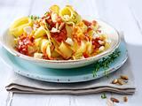 Bandnudeln mit Möhren-Tomatensoße, Pinienkernen und Schafskäse Rezept
