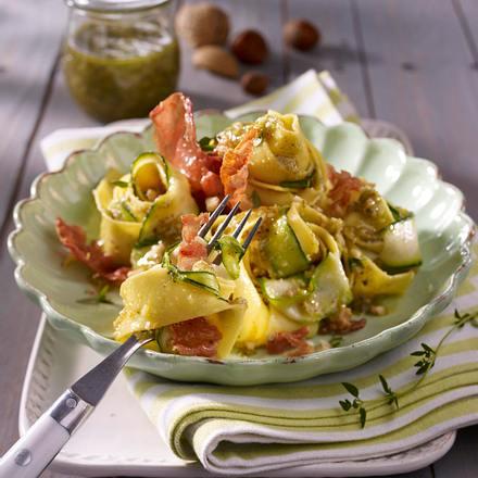 Bandnudeln mit Nusspesto, Parmaschinken und Zucchini Rezept