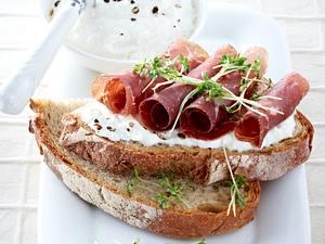 Bauernbrot mit Meerrettich Quark und Bündnerfleisch Rezept