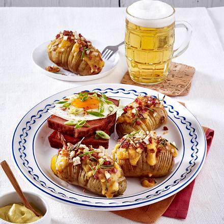Bayrische Hasselback-Kartoffeln mit Obazda und Schinkenwürfeln Rezept
