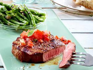 Beefsteak zu Bohnengemüse und Salsa-Soße Rezept