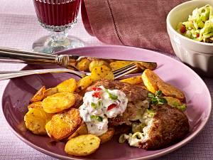 Bifteki-Hackschnitzel mit Paprika-Tsatisiki Rezept