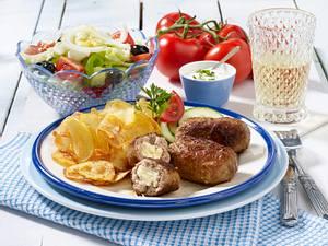 Bifteki mit Kartoffelchips und Bauernsalat Rezept