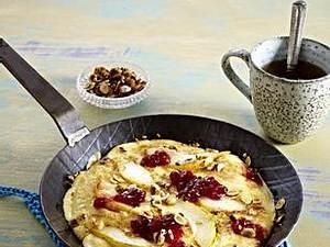 Birnen-Pfannkuchen mit Preiselbeeren und Haselnussblättchen Rezept