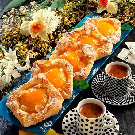 Blätterteig mit gefüllten Pfirsichhälften Rezept