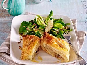 Blätterteig-Taschen mit Birnen-Gorgonzola-Füllung auf Feldsalat Rezept