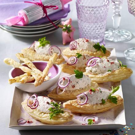 Blätterteigschiffchen mit Käsecreme Rezept