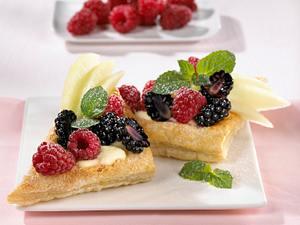 Blätterteigschnitten mit bunten Früchten und Quarkcreme (Rechtecke) Rezept