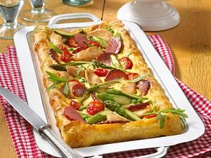 Blätterteigstreifen mit Spargel und Salami Rezept