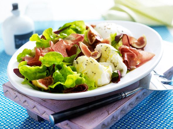 Blattsalat mit frischen Feigen, Büffelmozzarella & Bündner Fleisch Rezept