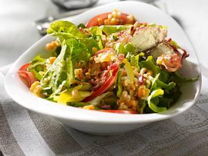 Blattsalat mit warmem Ziegenkäse, Linsen und Pinienkernen Rezept