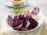 Blaue Kartoffelchips mit zweierlei Dips Rezept