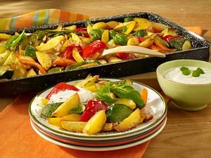 Blechkartoffeln mit Gemüse und Dip Rezept