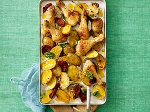 Blechkartoffeln mit Hähnchenunterkeulen Rezept