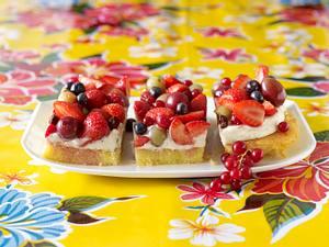 Blechkuchen mit weißer Schokocreme und gemischten Früchten Rezept