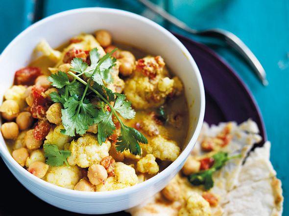Blumenkohl-Kichererbsen-Curry mit Sahnejoghurt Rezept
