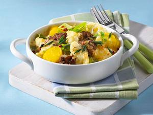 Blumenkohlauflauf mit Porree, Kartoffeln, Beefsteakhack in leichter Béchamelsoße Rezept