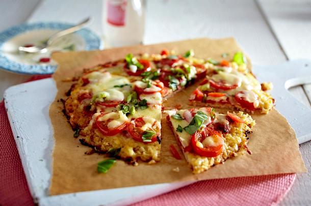 Blumenkohlpizza mit Tomate und Mozzarella Rezept