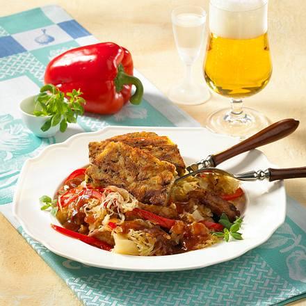 Böhmischer Semmelknödel mit Schnitzel-Sauerkraut-Ragout Rezept