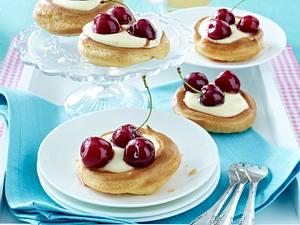 Brandteigtörtchen mit Puddingcreme und Kirschen Rezept