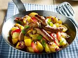 Bratkartoffelpfanne mit Rostbratwürsten, Apfelspalten und roten Zwiebeln Rezept