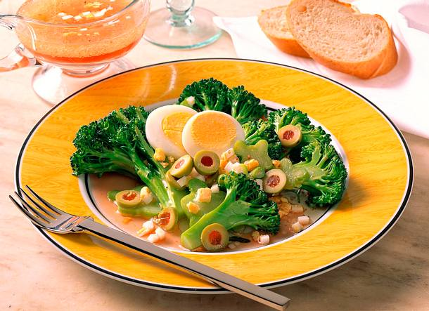 Broccoli-Salat mit Ei & Oliven Rezept