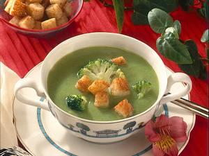 Broccolicremesuppe mit Knoblauch-Croûtons Rezept