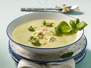 Broccolicremesuppe mit Tortellini und Pinienkernen Rezept
